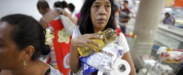 Una señora adquiere productos de primera necesidad en Venezuela | Cordon Press