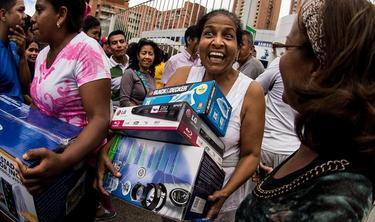 Una venezolana sale, este sábado, de una de las tiendas expropiadas.   EFE