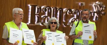 Tres de los yayoflautas en una sede de Bancaja en Valencia | EFE