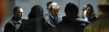 El ministro de Defensa chileno, Andrés Allamand habla con familiares de las víctimas tras el accidente | Efe