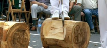 Un aizkolari corta un tronco en una competición.