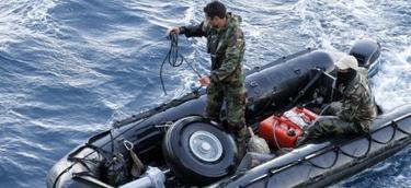 Miembros de la Armada de Chile recuperan restos del avión militar. | EFE