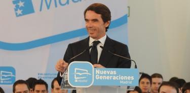 Aznar, en campaña, con jóvenes del PP | Archivo