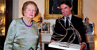 Aznar y Thatcher en el momento de la entrega | FAES