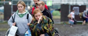 estivaleros recogen sus pertenencias para abandonar el recinto del Festival de Música Pukkepop  | EFE