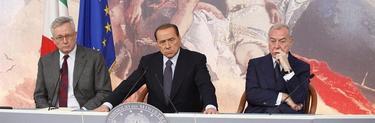 Silvio Berlusconi comparece junto al ministro de Finanzas y el presidente del Consejo de Ministros. | EFE