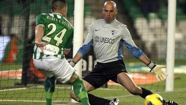 Rubén Castro trata de superar sin fortuna a Caballero. | EFE