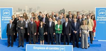 Rajoy, en el centro, con los candidatos del PP por Madrid | Tarek