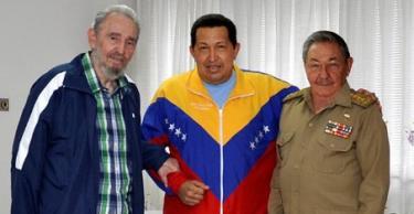 Chávez fue visitado por los dictadores Fidel y Raúl Castro. | EFE