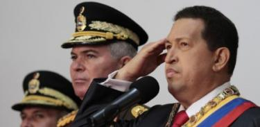 Hugo Chávez, junto a varios jefes militares. | EFE