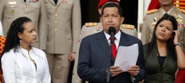 Chávez, junto a sus hijas Rosa Virginia y María Gabriela, anunciando su viaje. | EFE