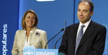 Copé, con Cospedal en segundo plano, tras la reunión | Diego Crespo/PP