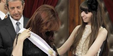 Cristina Fernández y su hija Florencia. Al fondo, el desplazado Cobos.   EFE