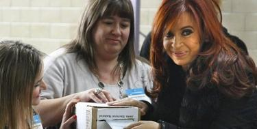 Cristina Fernández en el momento de votar. | EFE