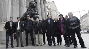 Diputados y sendores de Amaiur, junto a uno de los leones del Congreso.