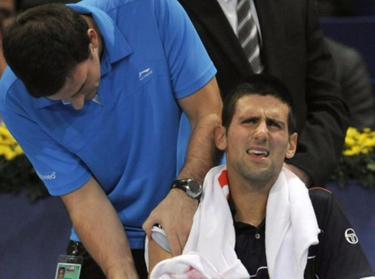 Djokovic, atendido por el fisio en Basilea. | EFE