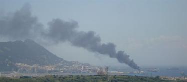 Humareda tras la explosión en el puerto. | Europa Press/Verdemar