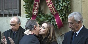 El ministro del Interior, la eurodiputada Teresa Jiménez Becerril y Javier Arenas, en el homenaje en Sevilla a Alberto Jiménez Becerril y su mujer, as