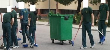 Alumnos de la academia de Baeza realizando labores de limpieza.   LD