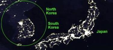 Foto de satélite de la península coreana por la noche.