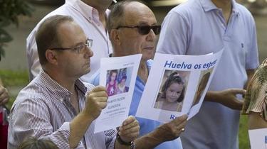 El padre de Marta, con un cartel de los niños desaparecidos | EFE
