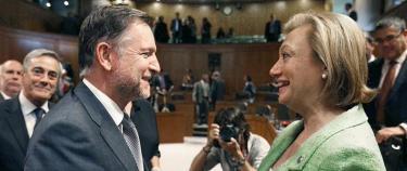 Marcelino Iglesias felicita a la nueva presidenta de Aragón. | EFE