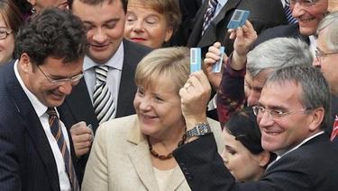 Angela Merkel rodeada por los diputados durante la votación | EFE