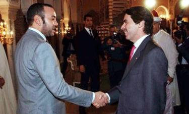 Mohamed VI y Aznar se saludan en uno de sus últimos encuentros. | Archivo
