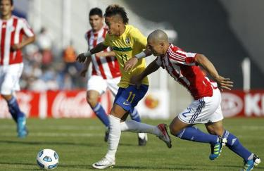 Neymar (c) conduce la pelota ante Darío Verón en el partido de la primera fase. | EFE