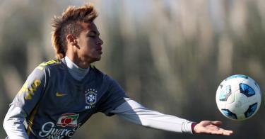 Neymar, durante un entrenamiento con la selección brasileña.   Efe