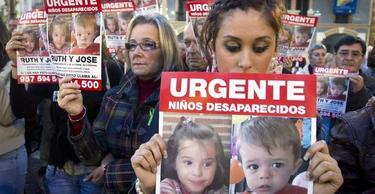 Decenas de personas se han concentrado este jueves en Huelva.   EFE