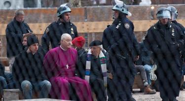 El obispo, esposado, con la Policía