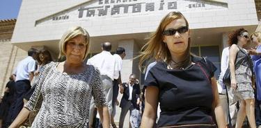 La ministra de Sanidad, Leire Pajín, a su salida del tanatorio.   EFE