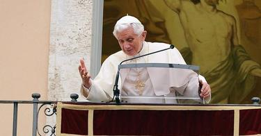 El Papa oficia el rezo del Angelus desde el balcón de su residencia de verano. | Efe