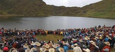 Pobladores protestan al frente de una laguna en Cajamarca. | EFE