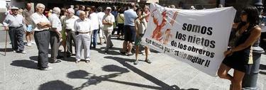 La pancarta que desplegaron en Poyales. | EFE