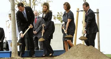 Los Príncipes de Asturias plantaron simbólicamente un roble en el homenaje   EFE