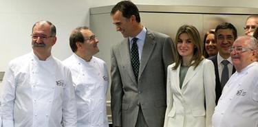 Los Príncipes de Asturias durante la inauguración hoy en San Sebastián del Basque Culinary Centerr.   EFE
