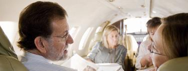 Foto difundida por el PP de Rajoy con su mujer en el avión.