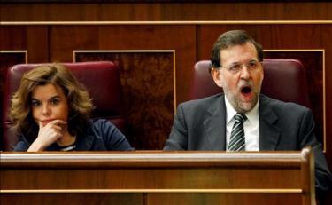 Rajoy, durante un pleno en el Congreso junto a Soraya Sáez de Santamaría | Archivo