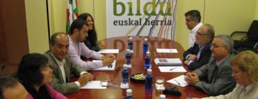 Miguel Buen y Martín Garitano encabezaron las delegaciones de PSE y Bildu