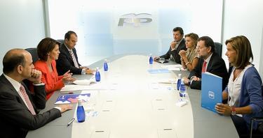 Los representantes de UPN y PP, durante la reunión.   PP