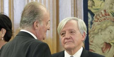 El Rey con el asesor que aconsejó que Urdangarín dejara Nóos. | EFE