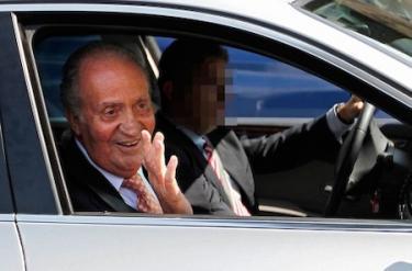 Don Juan Carlos, sonriente, a la salida | EFE