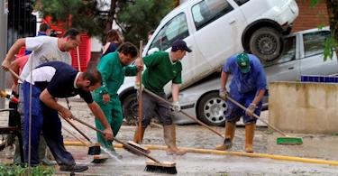 Vecinos de Cañate de Torres (Córdoba) trabajan en la limpieza del pueblo. | EFE