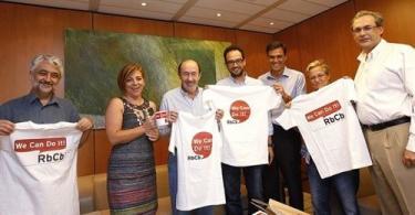l equipo del candidato socialista a la presidencia del Gobierno, Alfredo Pérez Rubalcaba, le ha regalado por su 60 cumpleaños, una camiseta |EP