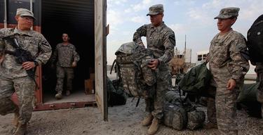 Soldados preparando su salida | EFE