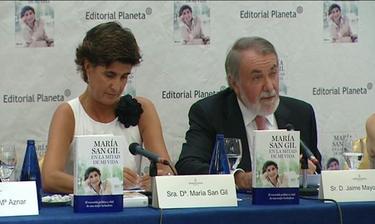María San Gil y Jaime Mayor Oreja durante la presentación de 'En la mitad de mi vida'   Archivo