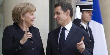 Sarkozy da la bienvenida a Merkel tras su llegada al Palacio del Elíseo en París, EFE