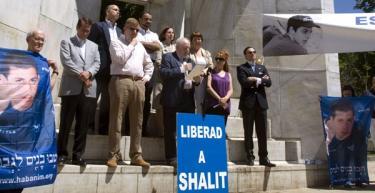 Schutz estuvo en la concentración por la liberación de Shalit en Madrid.